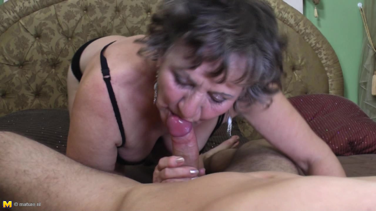 Sexy Women Gives Blowjob